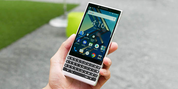 BlackBerry Key2 en mano