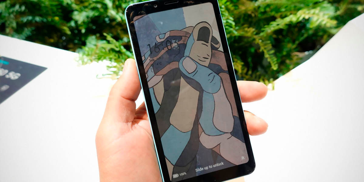 HiSense primer móvil pantalla tinta electrónica color
