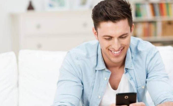 Hombres usan móvil