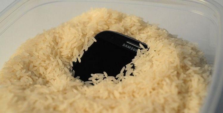 Móvil mojado en arroz