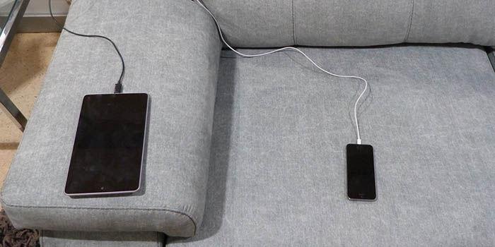 Movil cargando encima cama y sofa