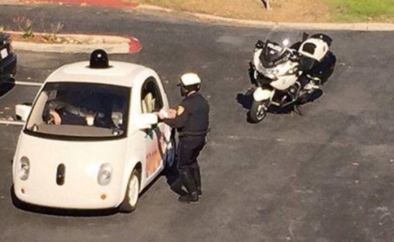 Multan a un coche sin conductor de Google por ir demasiado lento