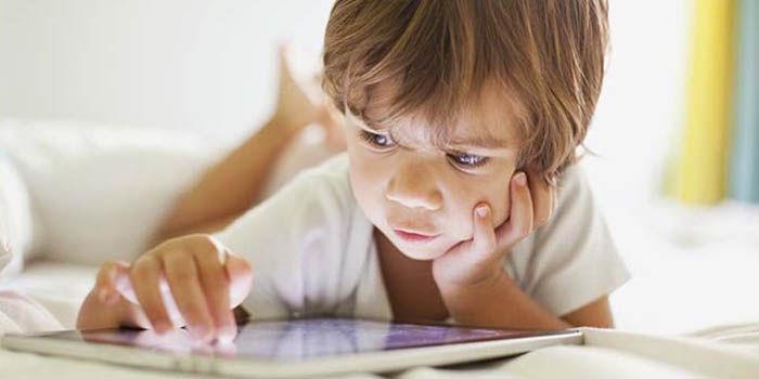 Niño edad uso telefono