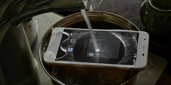 Oukitel U7 Pro en agua