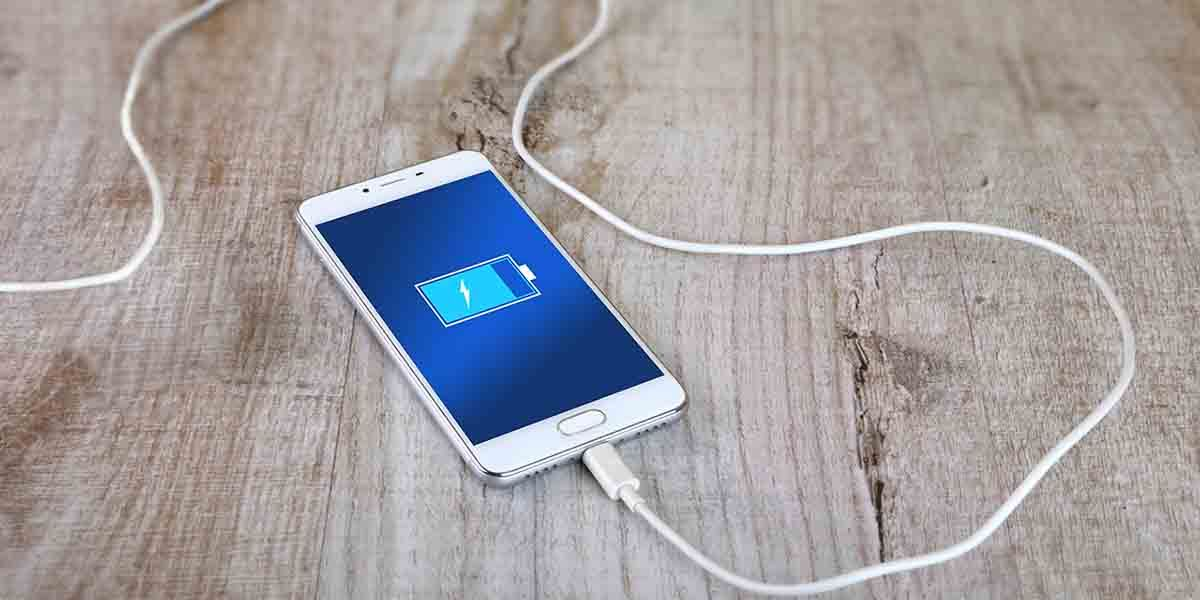 ¿Qué le pasa a tu móvil si usas un cargador no original?