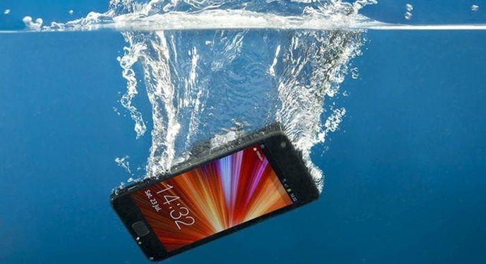 Se me cayó el móvil al agua cómo lo reparo