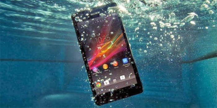 Sony sumergido en el agua
