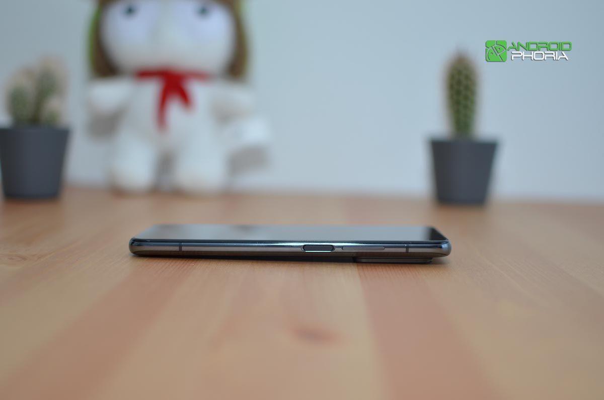 Xiaomi Mi 10T Pro apoyado en la mesa