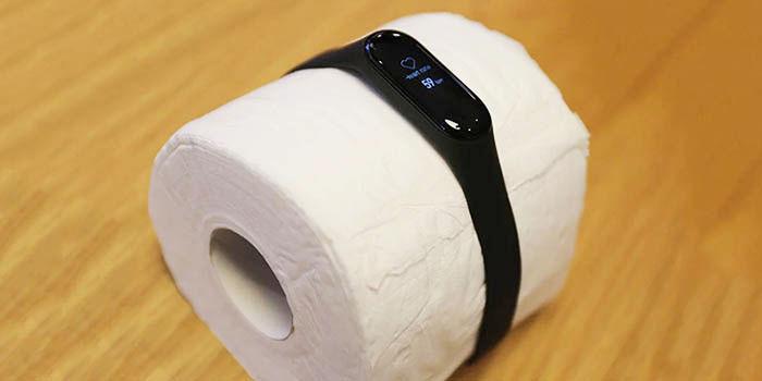 Xiaomi Mi Band 3 em papel higiênico