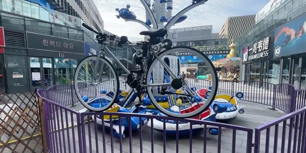 bicicleta autonoma de huawei sobre una valla