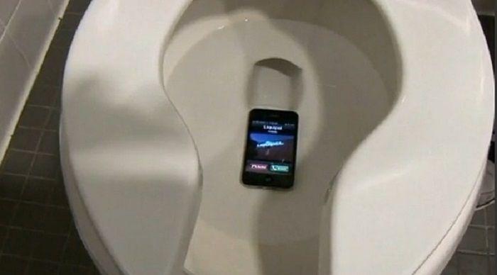 caida smartphone retrete