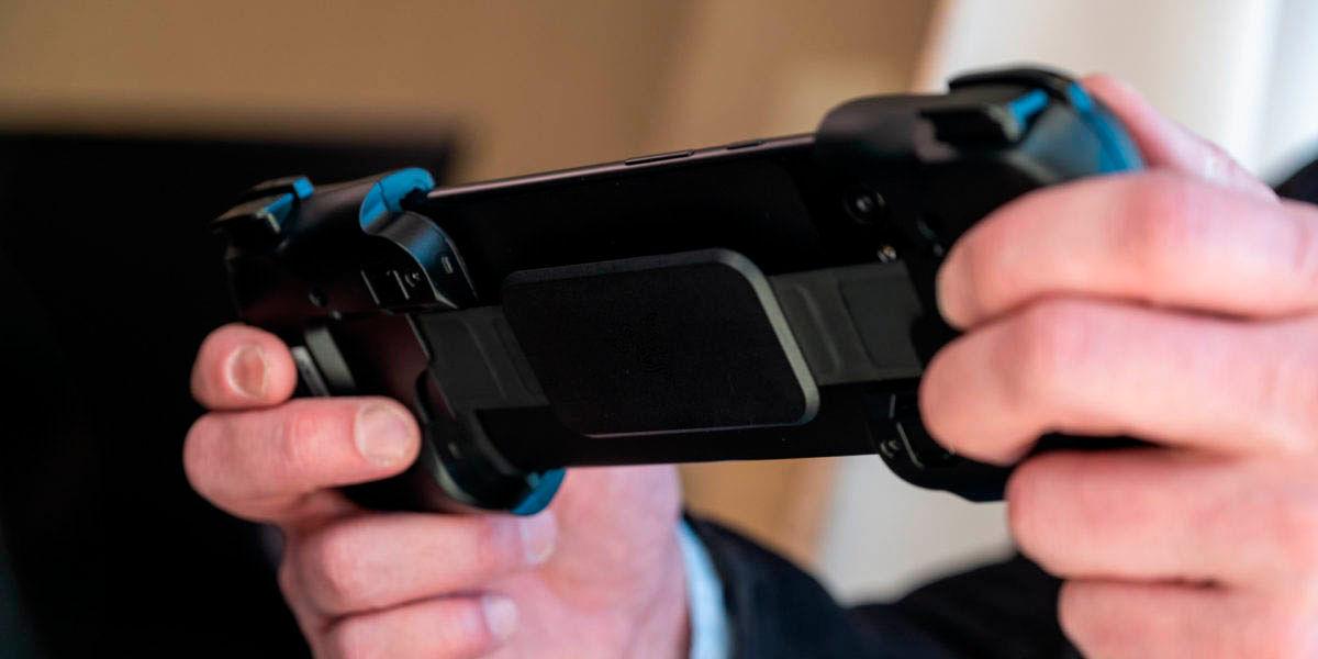 el razer kishi tiene soportes reforzados para mantener tu móvil seguro al jugar