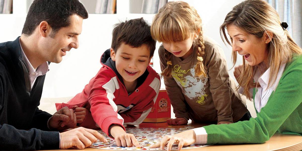 matar el aburrimiento en casa con la familia por cuarentena o confinamiento