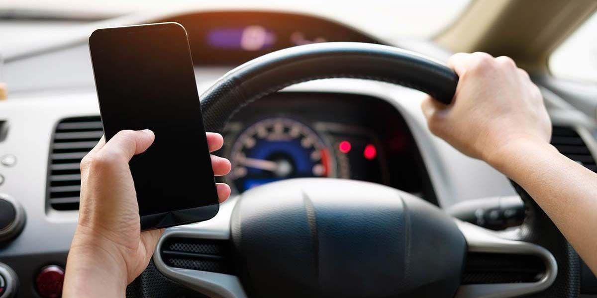 usar tu movil parado en el semaforo es ilegal y esta es la multa